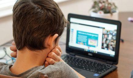 Online vzdelávanie nefunguje ideálne ani u detí z bežných rodín, ktorým technológie nechýbajú. Prečo je to tak?