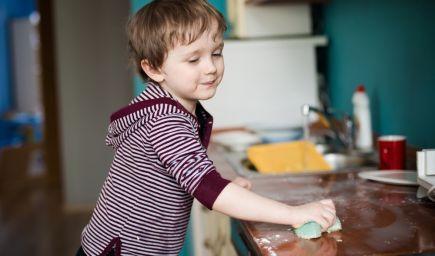 Ak budú vaše deti doma pomáhať, vyrastú z nich spokojní dospelí, tvrdia vedci