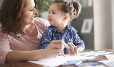Vzdelané matky, ktoré zostávajú dlhšie na rodičovskej dovolenke, majú inteligentnejšie deti