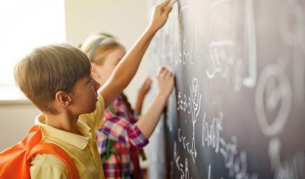 Viac testovania a známok nevedie k lepším vedomostiam detí, myslí si profesorka matematiky na Stanfordskej univerzite