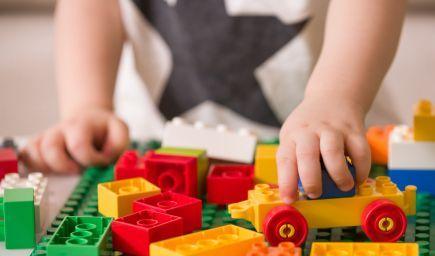 Deti nepotrebujú v izbách stovky hračiek! Vsaďte na minimalizmus a vaše deti budú šikovnejšie a spokojnejšie