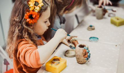 Do 6. apríla majú byť v MŠ a ZŠ najmä deti rodičov s prezenčným výkonom práce