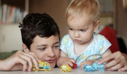 Deti majú nebezpečne preplánovaný život. Americkí pediatri odporúčajú lekárom, aby deťom v ambulanciách predpisovali viac hry
