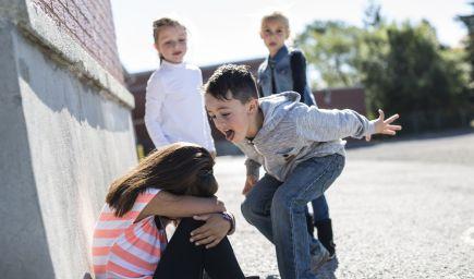 Zapadnúť do  kolektívu je niekedy náročné. Ako deťom pomôcť?
