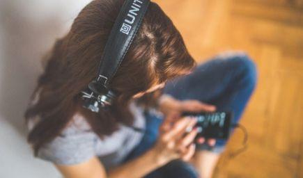Sociálne médiá ovplyvňujú zdravie a pohodu dievčat, tvrdí štúdia
