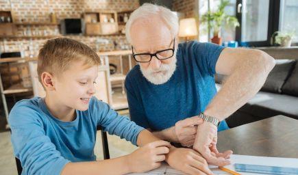 Starí rodičia, ktorí opatrujú vnúčatá, žijú podľa vedcov dlhšie