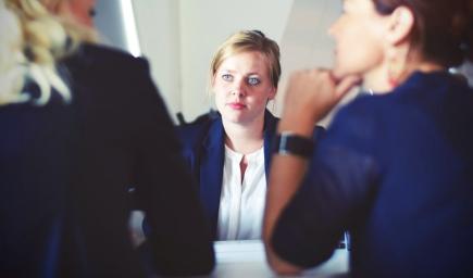 O chvíľu vás možno čakajú vaše prvé pracovné pohovory. Ako vyzerajú a čo vás na nich môže stretnúť?