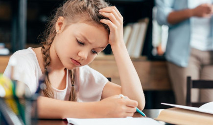 Čo chce žiak vyrušovaním na hodine učiteľovi a spolužiakom naznačiť?