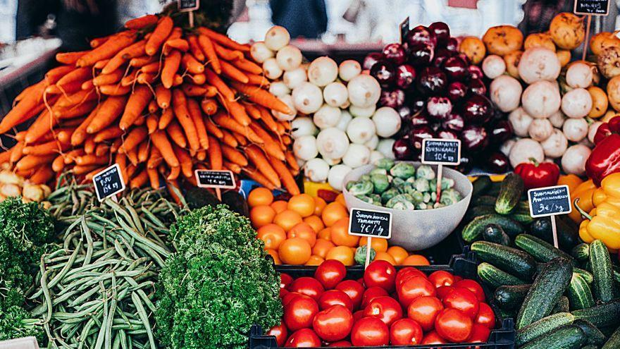 Stravovať sa v lete zdravo a chutne je jednoduché. Čo odporúčajú odborníci?