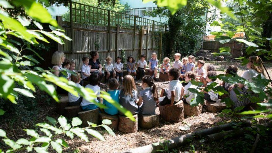 Vyučovanie vonku prináša benefity nielen žiakom, ale zvyšuje aj spokojnosť učiteľa so svojim povolaním