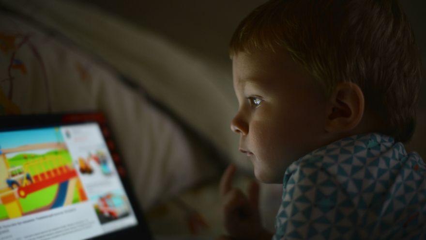 Prečo večerníček z obrazovky tesne pred zaspávaním škodí?