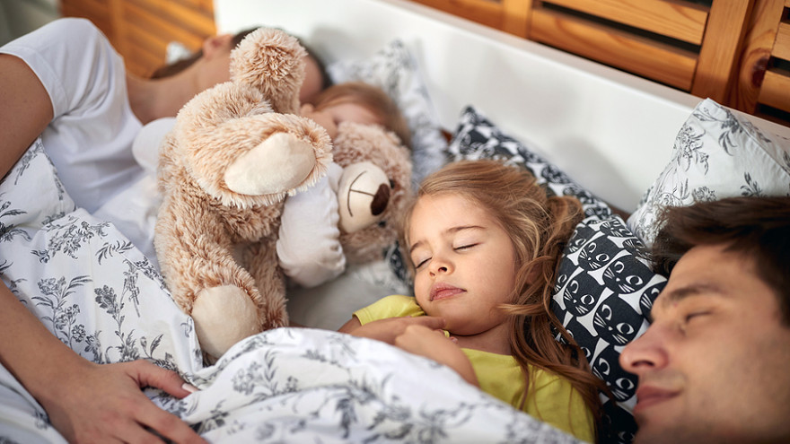 Spoločné spanie s dieťaťom má svoje výhody aj úskalia