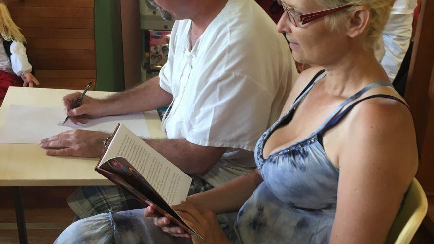 Gabriela Futová číta deťom na onkológii v Banskej Bystrici. Zľava Ilustrátor knihy O Bezvláske ilustrátor MiroRegitko a Gabriela Futová