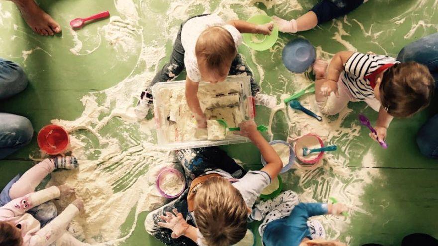 Počas senzorických aktivít deti spoznávajú aj múku a skúšajú čo dokáže. Doma by to deťom  len málokto dovolil.