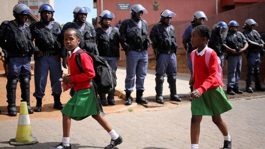 Školáčky v Južnej Afrike po tom, čo boli zatknutí študenti, ktorí protestovali a žiadali bezplatné univerzity.