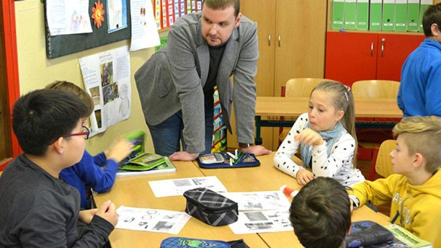 Adam Škopp, špeciálny pedagóg na hodine prírodovedy na ZŠ Karloveská 61 v Bratislave / Foto: Orange