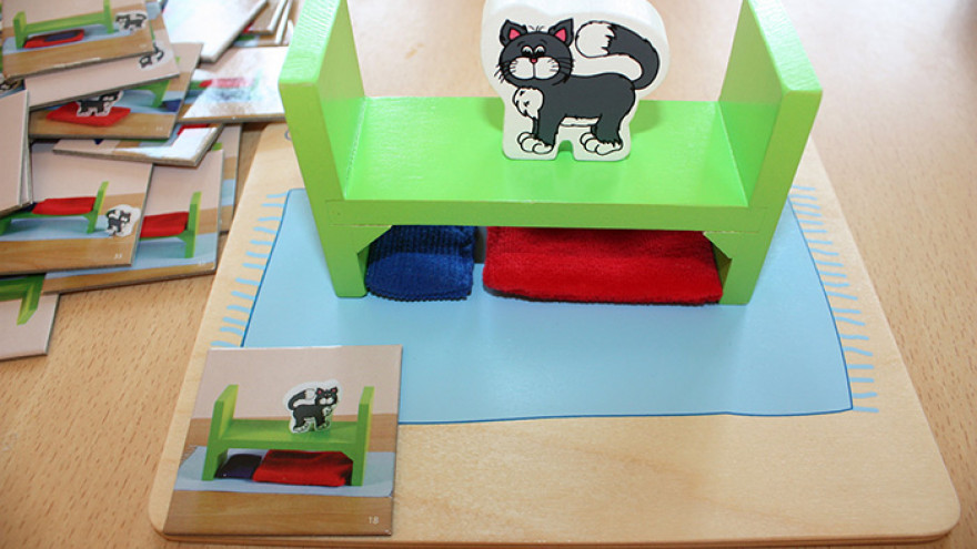 Bilingválne deti sa hravou formou ľahko priučia správnym výrazom v slovenčine.- Hra na nácvik predložiek - dieťa podľa obrázku uloží vankúšik, perinu, posteľ, mačku a potom opisuje kde sa čo nachádza (na, pod, za, pred, vedľa)