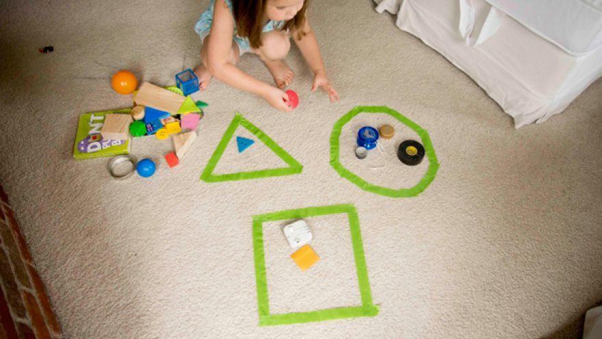 Triedenie geometrických tvarov pomocou reálnych predmetov. Foto: busytoddler.com
