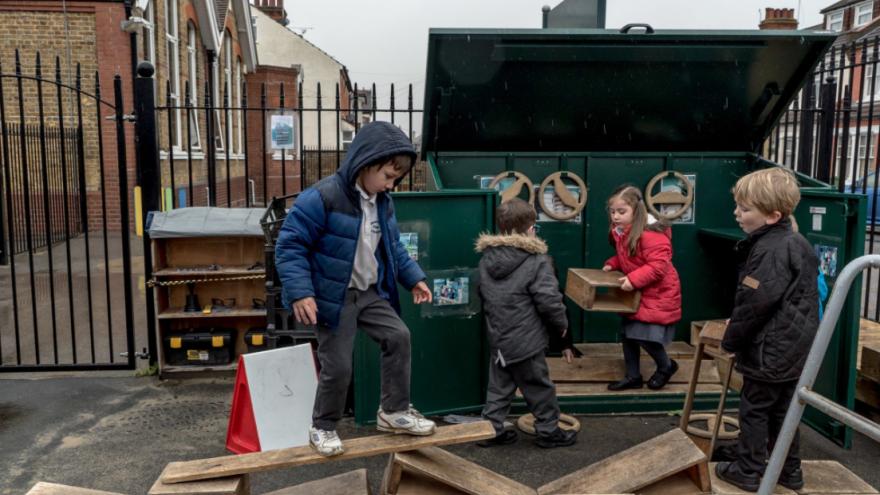 Detské ihrisko, kde si deti samy stavajú vlastné prekážky. / Foto: Andrew Testa