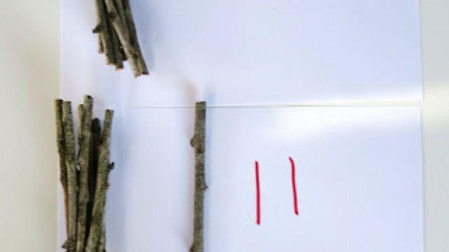 Namiesto abstraktného rátania, rátame paličky v prírode Foto: learnwithplayathome.com