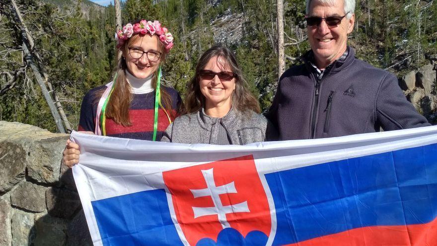 Štúdium na strednej škole v USA zadarmo - výmenná študentka Kristína s americkými rodičmi / Foto: KS